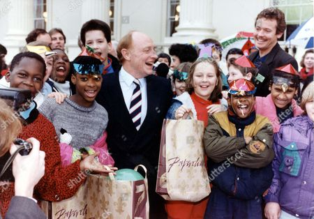 Neil Kinnock - Mp - 1990 When Labour Leader Neil Kinnock Went To London's Carlton House Terrace This Morning To Assist Sir Brian Rix In Pulling The World's Largest Christmas Cracker (at 135 Feet) In Naid Of Romanian Orphans He Appointed 11 Year Old Michael Beasley Smallest Boy In Pimlico School's Class 17 As His 'bodyguard' To Help Him In The Crush...