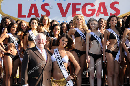 Las Vegas Mayor Oscar Goodman and Miss Universe 2009 Stefania Fernandez
