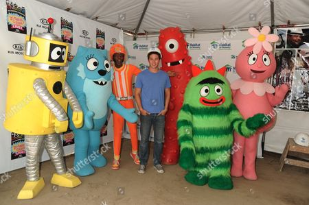 Bobby Campo with cast members of Yo Gabba Gabba