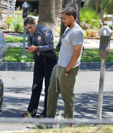 Exclusive - Actor Michael Ealy looks unamused as he receives a parking ticket in Beverly Hills