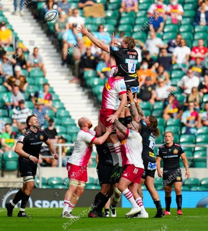 Jonny Gray of Exeter Chiefs and Dino Lamb of Harlequins contest a line out
