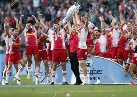 Team celebrations, winners Harlequins, 2021 Premiership Champs along with Mike Brown lifting the trophy; Twickenham, London, England; Premiership Rugby Union Final, Exeter Chiefs versus Harlequins.