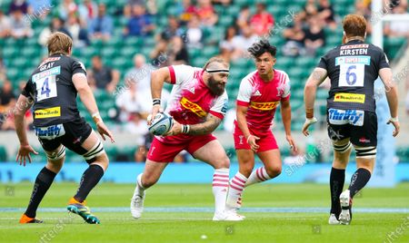 Joe Marler of Harlequins passes with Marcus Smith of Harlequins in support