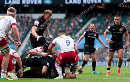 Jonny Gray of Exeter Chiefs scores his sides first try of the game
