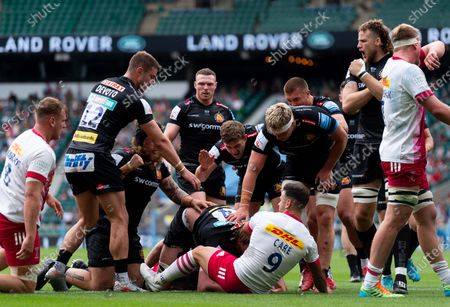 Jonny Gray of Exeter Chiefs celebrates scoring his sides first try of the game