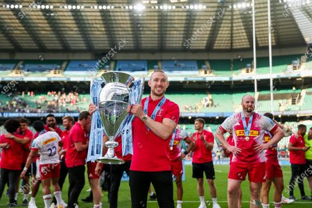 Mike Brown of Harlequins celebrates with the trophy after Harlequins win the game 38-40 to win the Gallagher Premiership