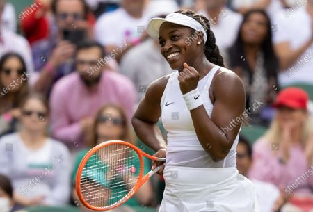 Sloane Stephens (USA) celebrates her victory against Petra Kvitova (CZE) in the first round of the Ladies' Singles on Centre Courtat The Championships 2021