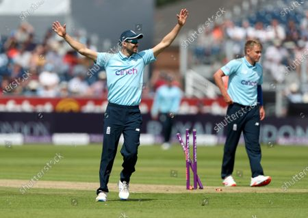 England's Mark Wood, left, celebrates the run-out of Sri Lanka's Praveen Jayawickrama during the first one day international cricket match between England and Sri Lanka, in Chester-le-Street, England