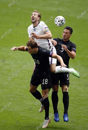 Harry Kane (C) of England in action against Mats Hummels (R) of Germany and Leon Goretzka (L) of Germany during the UEFA EURO 2020 round of 16 soccer match between England and Germany in London, Britain, 29 June 2021.