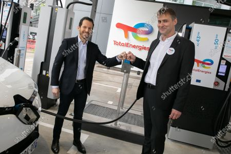 Stock Picture of Jonathan Levy, Director of Business Development Uber and Pierre-Emmanuel Bredin Director of the France TotalEnergies network. TotalEnergies and Uber are joining forces to accelerate the transition of VTC drivers to electric mobility, through support for vehicle conversion and easy access to charging stations. Drivers using the Uber app will receive a TotalEnergies card giving them access, under preferential conditions, to 20,000 charging points in France by the end of 2021 and more than 75,000 by 2025.