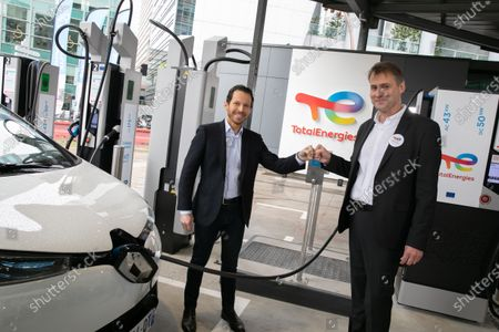 Jonathan Levy, Director of Business Development Uber and Pierre-Emmanuel Bredin Director of the France TotalEnergies network. TotalEnergies and Uber are joining forces to accelerate the transition of VTC drivers to electric mobility, through support for vehicle conversion and easy access to charging stations. Drivers using the Uber app will receive a TotalEnergies card giving them access, under preferential conditions, to 20,000 charging points in France by the end of 2021 and more than 75,000 by 2025.