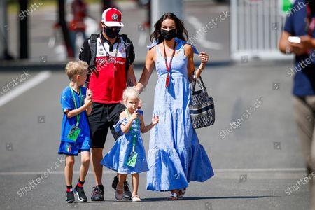 RAIKKONEN Kimi (fin), Alfa Romeo Racing ORLEN C41, with his wife Minttu, and his kids Robin and Rianna in the paddock