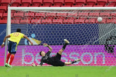 Emiliano Martínez (Arg) is beaten by the penalty kick from Miguel Borja (Col); Estádio Mané Garrincha, Brasília, DF, Brazil; Copa America Football tournament, Argentina versus Colombia.