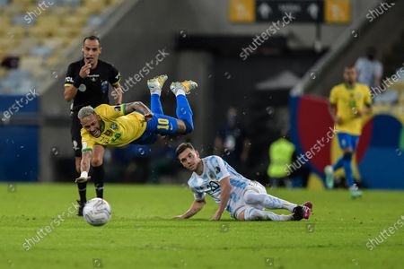Neymar player from Brazil disputes a bid with Lo Celso player from Argentina during a match at the Maracana stadium for the Copa America 2021, this Saturday (10).
