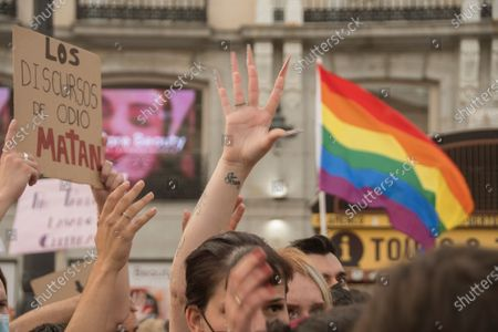 """The high temperatures, of about 40 degrees, did not prevent about a thousand people yesterday, according to data from the Government Delegation, from demonstrating at eight o'clock in the afternoon in the Puerta del Sol in defense of the group of lesbians, gays, transsexuals and bisexuals (LGTBI) and to protest the murder of the young Samuel Luiz that occurred on Sunday, July 3, next to the Riazor beach, in A Coruña.The concentration called by various associations for the defense of the LGTBI collective began at eight o'clock in the afternoon and in it you could see dozens of rainbow flags and banners in which you could read """"Homophobia and fascism are the same"""" or """"Justice for Samuel ! Murderers, all, to the judge """". Chants were also chanted such as """"It was not for a motive, it was for a fag"""" - referring to the reasons for the murder of Samuel Luiz -, """"I'm also a shit fag"""" or """"murderers, murderer"""", in addition to proclamations against Vox the extreme right: """"Franco is not dead, he is in Congress.""""One of the attendees, Gerardo Matarranz, explained that yesterday's rally was the continuation of the one registered last Monday and on this occasion it sought to silence all groups that deny the homophobic nature of the murder of the young A Coruña. """"The atmosphere has been unanimous against this idea,"""" added this young man.The organizers read a statement at the end in which they denounced """"the continuous harassment"""", """"violence"""" and """"fear"""" suffered by the group. """"Enough of attacks and deaths. Not one more. We are together and organized """", highlighted the final writing, which was read to continuous ovations from the attendees. """"They killed Samuel for being a fag,"""" the organizers repeated on several occasions."""