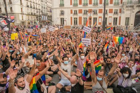 """The high temperatures, of about 40 degrees, did not prevent about a thousand people yesterday, according to data from the Government Delegation, from demonstrating at eight o'clock in the afternoon in the Puerta del Sol in defense of the group of lesbians, gays, transsexuals and bisexuals (LGTBI) and to protest the murder of the young Samuel Luiz that occurred on Sunday, July 3, next to the Riazor beach, in A Coruña.The concentration called by various associations for the defense of the LGTBI collective began at eight o'clock in the afternoon and in it you could see dozens of rainbow flags and banners in which you could read """"Homophobia and fascism are the same"""" or """"Justice for Samuel ! Murderers, all, to the judge â€�. Chants were also chanted such as """"It was not for a motive, it was for a fag"""" - referring to the reasons for the murder of Samuel Luiz -, """"I'm also a shit fag"""" or """"murderers, murderer"""", in addition to proclamations against Vox the extreme right: """"Franco is not dead, he is in Congress.""""One of the attendees, Gerardo Matarranz, explained that yesterday's rally was the continuation of the one registered last Monday and on this occasion it sought to silence all groups that deny the homophobic nature of the murder of the young A Coruña. """"The atmosphere has been unanimous against this idea,"""" added this young man.The organizers read a statement at the end in which they denounced """"the continuous harassment"""", """"violence"""" and """"fear"""" suffered by the group. â€oeEnough of attacks and deaths. Not one more. We are together and organized â€�, highlighted the final writing, which was read to continuous ovations from the attendees. â€oeThey killed Samuel for being a fag,â€� the organizers repeated on several occasions."""
