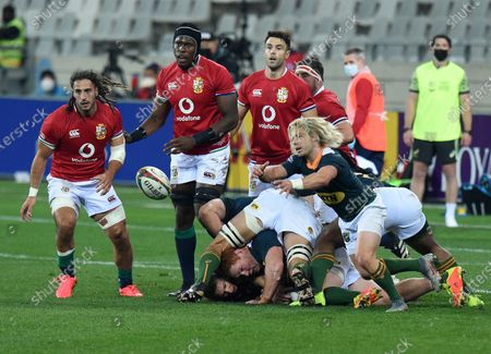 Faf de Klerk - South Africa 'A' scrum half gets his pass away as (L to R) Josh Navidi, Maro Itoje and Conor Murray look on.