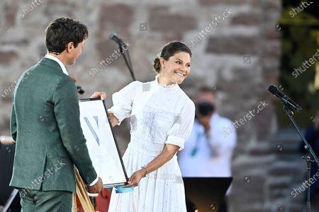 Iceskater Nils van der Poel recieves the Victoria Prize from Crown Princess Victoria