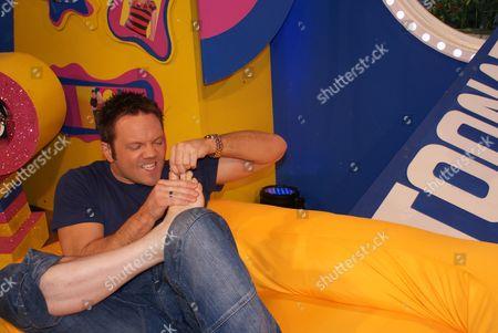 FILTHY FACTS 2010 - T0XIX GMTV Toonattik Presenter Jamie Rickers picking feet