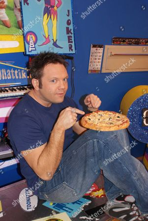 FILTHY FACTS 2010 - T0XIX GMTV Toonattik Presenter Jamie Rickers eating cold pizza