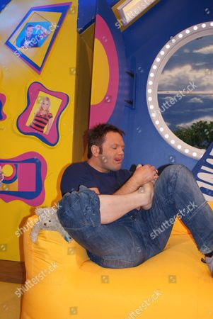 FILTHY FACTS 2010 - T0XIX Pictured - GMTV Toonattik Presenter Jamie Rickers picking his feet