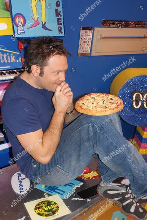 FILTHY FACTS 2010 - T0XIX Pictured - GMTV Toonattik Presenter Jamie Rickers eating cold pizza