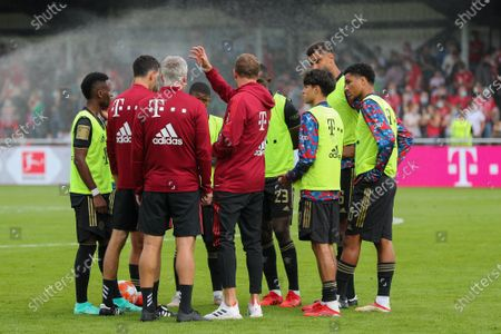 Head coach Julian Nagelsmann (FC Bayern Munich) gives instructions to substitute players during the mid-term break, FC Bayern Munich vs. 1 FC Cologne, test game, 17.07.2021/action press