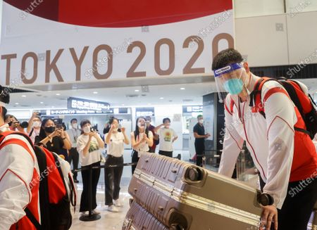 (210719) - TOKYO, July 19, 2021 (Xinhua) - Yao Ming, team leader of Chinese women's basketball team, arrives with members of Chinese Olympic delegation at the Narita airport in Tokyo, Japan, July 19, 2021.