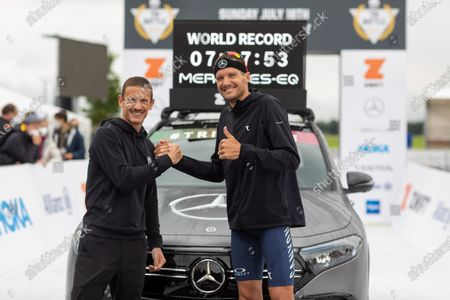 Jan Frodeno (GER, right) with world record (7:27:53 hours)