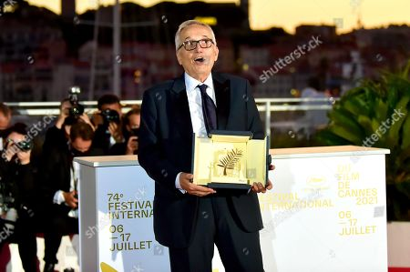 Marco Bellocchio poses with the 'Honorary Award'
