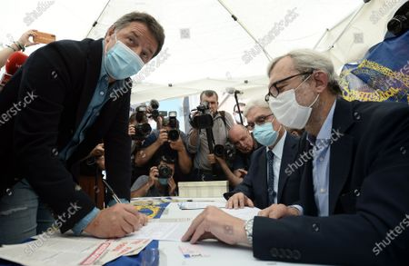 Matteo Renzi signs for the referendum on Justice at the Radicals' banquet in Largo Argentina
