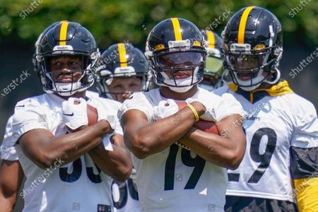 Pittsburgh Steelers wide receiver JuJu Smith-Schuster (19) center, holds a ball with teammates during a drill at an NFL football practice, in Pittsburgh