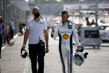 EUROSPEEDWAY LAUSITZ, GERMANY - JULY 23: Marco Wittmann, Walkenhorst Motorsport with his engineer at EuroSpeedway Lausitz on Friday July 23, 2021 in Brandenburg, Germany. (Photo by Alexander Trienitz / LAT Images)