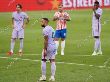 Memphis Depay of FC Barcelona scores his goal