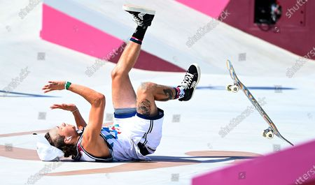 USA's Jagger Eaton wipes-out in the men's street prelims at the 2020 Tokyo Olympics. Eaton moved on to the finals later in the afternoon. (Wally Skalij /Los Angeles Times)