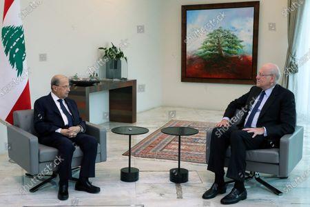 El presidente libanés Michel Aoun (i) con el ex primer ministro libanés Najib Mikati en Baabda al este de Beirut el 26 de julio del 2021