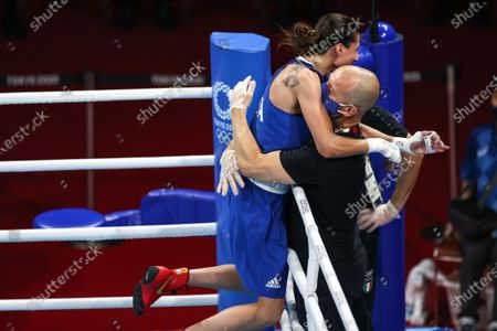 (210728) - TOKYO, July 28, 2021 (Xinhua) - Irma Testa (L) of Italy celebrates with coach after winning the boxing women's feather (54-57kg) quarterfinal against Caroline Veyre of Canada at the Tokyo 2020 Olympic Games in Tokyo, Japan, July 28, 2021.