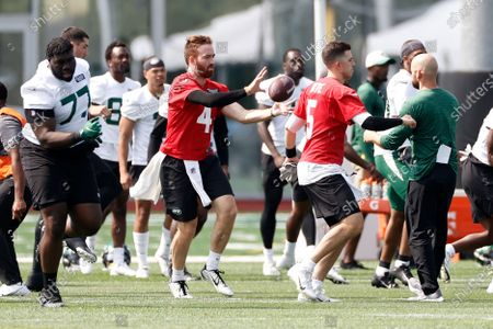 New York Jets quarterback's James Morgan (4) and Mike White (5) warm up during NFL football practice, in Florham Park, N.J