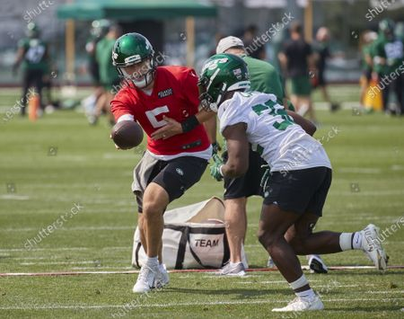 , 2021, Florham Park, New Jersey, USA: New York Jets quarterback Mike White (5) and running back Michael Carter (32) takes part in a drill during morning training camp session at the Atlantic Health Jets Training Center, Florham Park, New Jersey