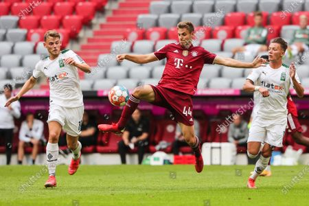 (210729) - MUNICH, July 29, 2021 (Xinhua) - Josip Stanisic (C) of Bayern Munich controls the ball under the defense from Hannes Wolf (R) and Mika Schroers of Moenchengladbach during a friendly match between Bayern Munich and Borussia Moenchengladbach in Munich, Germany, July 28, 2021. Bayern Munich lost 0-2.