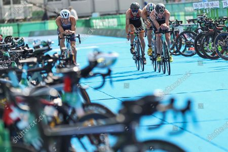(210731) - TOKYO, July 31, 2021 (Xinhua) - Jonathan Brownlee (R, front) of Great Britain competes during the triathlon mixed relay of the Tokyo 2020 Olympic Games in Tokyo, Japan, July 31, 2021.