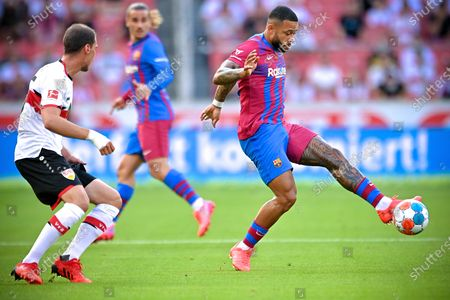 Barcelona's Memphis Depay (R) in action during the pre-season friendly test soccer match between VfB Stuttgart and FC Barcelona in Stuttgart, Germany, 31 July 2021.