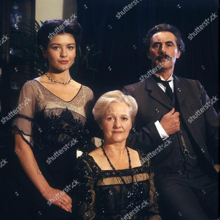 Catherine Zeta Jones as Victoria Chapman, Polly Adams as Florence Chapman and Mr Chapman