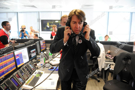 Stock Image of Bgc Bankers During Their Charity Day Jonathan Ross On The Trading Floor Picture Jeremy Selwyn 11/09/2009