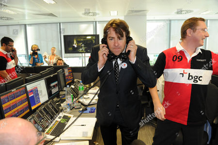 Stock Photo of Bgc Bankers During Their Charity Day Jonathan Ross On The Trading Floor Picture Jeremy Selwyn 11/09/2009