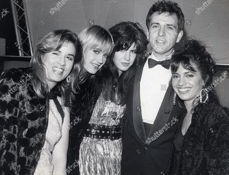 Peter Gabriel At Pop Awards With The Bangles (l-r: Vicki Peterson Debbie Peterson Michael Steele Susanna Hoffs)