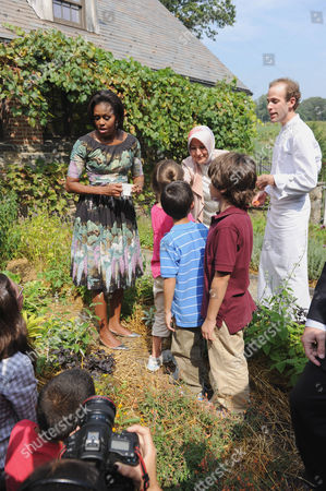 United States First Lady Michelle Obama, left, and chef Dan Barber, right, greet children working in the herb garden. Also visible in the photo is Hayrunnisa Gul of Turkey