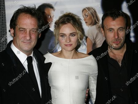"""Actor Vincent Lindon (L), actress Diane Kruger (C) and director Fred Cavaye arrive at the French premiere of the film """"Pour Elle (Anything for Her)"""" in Paris on November 30, 2008."""