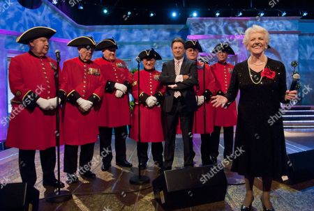 Janey Cutler and Alan Titchmarsh with The Chelsea Pensioners