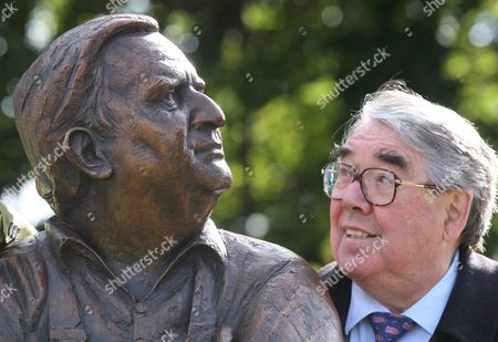 Ronnie Corbett with the statue of Ronnie Barker